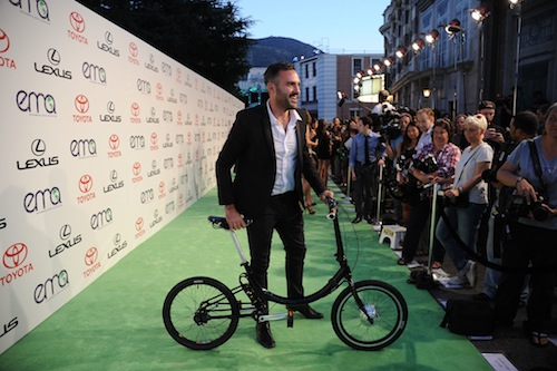 Gabriel Wartofsky with his electric bike at the Environmental Media Awards