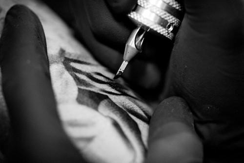 Noah Minuskin works on a client. Photo: Stella Kalinina